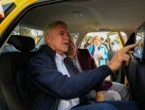 Las tabletas en taxis siguen siendo la manzana de la discordia