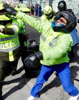 Motociclistas vs Distrito y en el medio la prohibición del parrillero hombre